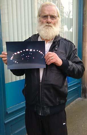nave spaziale ufo foto in mano del pesionato