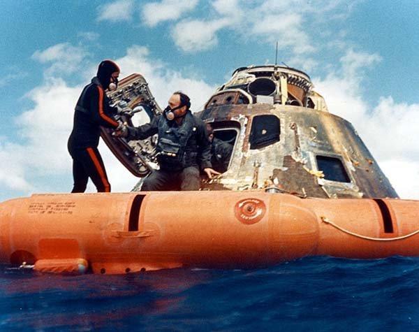 Un sub US Navy aiuta Mitchell fuori dalla capsula spaziale.