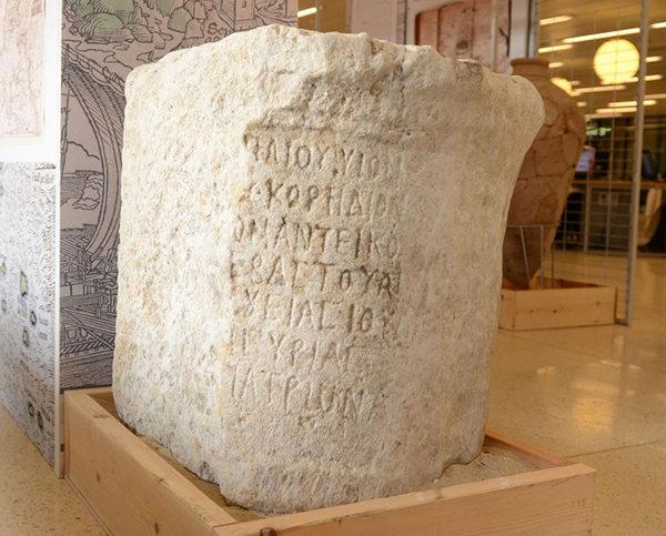 pietra trovata nel mare esposta nel museo