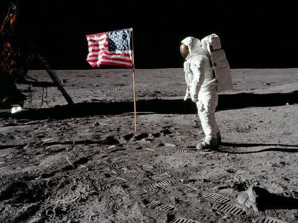 la bandiera sventolante del primo sbarco sulla luna