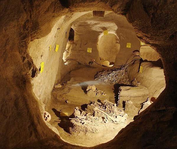 La città sotterranea contiene circa 50 camere collegate con gallerie.