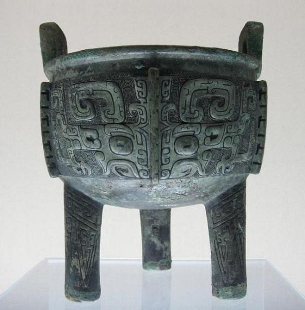Un calderone a treppiede fine della dinastia Shang