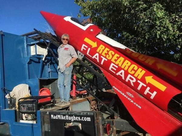 Mike-Hughes-e-il-suo-razzo per dimostrare la terra piatta