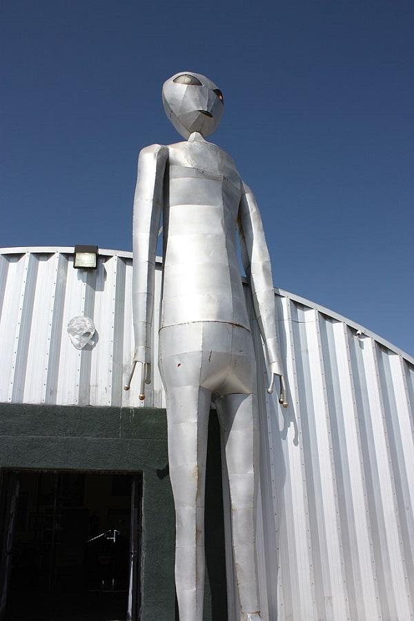 alieno di metallo situato al di fuori di Alamo