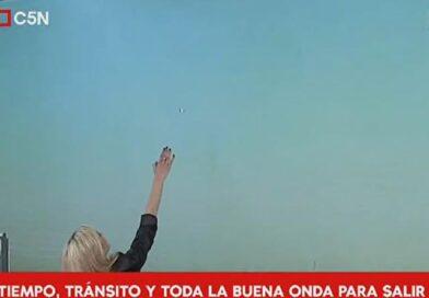 UFO appare sopra Buenos Aires durante le previsioni del mattino
